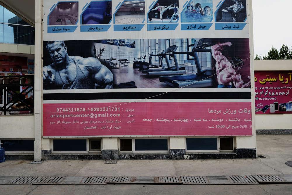 Une affiche pour l'Aria Sports Center met en avant les modèles fréquents des bodybuildeurs afghans, dont John Cena, acteur et catcheur américain.