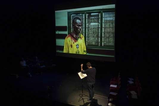 Le photojournaliste, collaborateur au «Monde», Mickaël Zumstein, en pleine répétition, le 19 septembre 2016 sur la scène du théâtre de la Porte Saint-Martin à Paris, avant le début du «Live Magazine» organisé en partenariat avec Le Monde Festival.