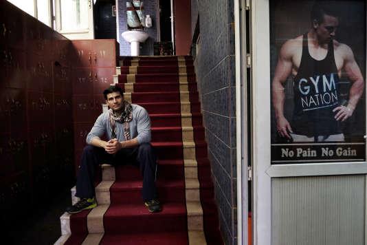 Osman, ancien M. Afghanistan, pose dans les escaliers menant à la Gym Nation où il forme les bodybuilders débutants.