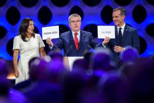 La maire de Paris, Anne Hidalgo, le président du CIO, Thomas Bach, et le maire de Los Angeles, Eric Garcetti, à Lima le 13 septembre.