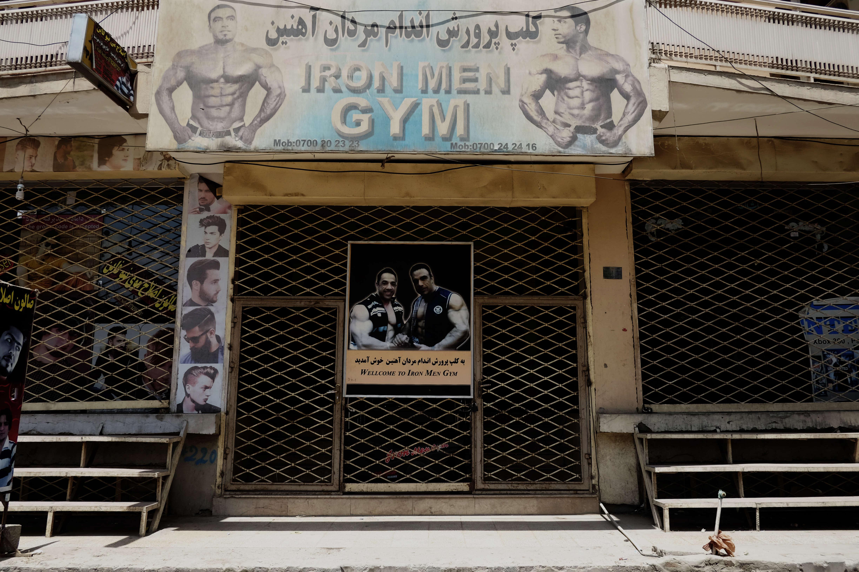 Entrée de la salle Gym Nation de Kaboul. Dans les rues afghanes, de nombreuses affiches invitent les hommes à pratiquer le body-building.