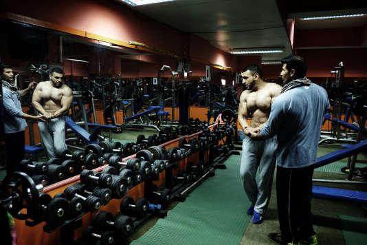 Le propriétaire de Gym Nation, Osman Ghani, donne des conseils à l'un de ses clients.