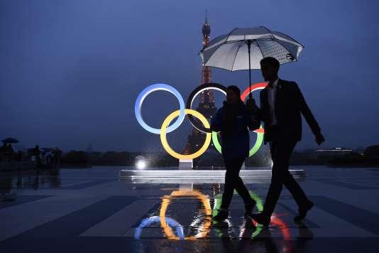 Les anneaux olympiques sont dévoilés sur l'esplanade du Trocadéro, à Paris, le 13 septembre.