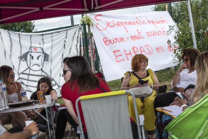 Des personnels en grève de l'Ehpad des Opalines, à Foucherans (Jura), le 16 juin.