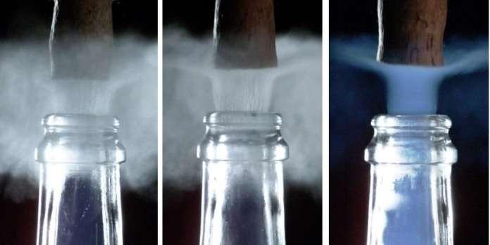 En débouchant du champagne, des scientifiques découvrent l'existence d'un fugace panache bleu