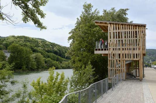 La «Tour belvédère» du Japonais Tadashi Kawamata, sur les rives de Saône.