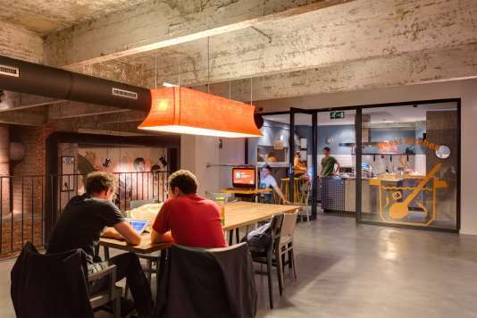 Pour les start-upeurs, l'hôtellerie d'affaires retrouve l'esprit des auberges de jeunesse avec des espaces communs comme des salles de jeux ou des cuisines partagées.