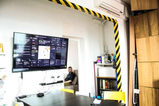 Dans la cuisine de la «hackerhouse», au-dessus de la table à manger où se réunissent tous les soirs les 11 occupants, un écran connecté aux différents projets de start-up en cours.