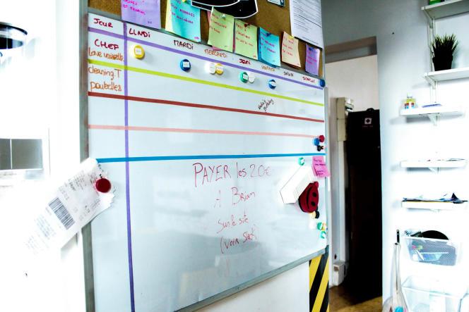 Dans la cuisine, un tableau a été placé pour l'organisation interne dans la hackerhouse. CV et cartes de visites des occupants y sont accrochés. Sur la première ligne du tableau, chacun indique son «jour de cuisine» pour le dîner du soir.