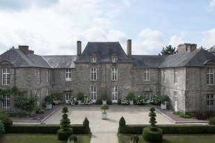 Au XIXe siècle, le château a reçu de prestigieux visiteurs comme Balzac ou Victor Hugo. C'est en 1973 que l'éditrice Claude Arthaud l'a racheté, et y a invité à son tour de nombreux artistes.