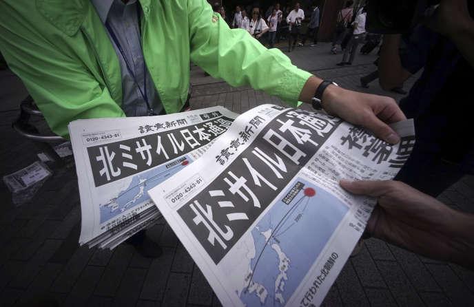 Un vendeur de journaux à Tokyo, après que la Corée du Nord a tiré un missile au-dessus du Japon, le 15 septembre.