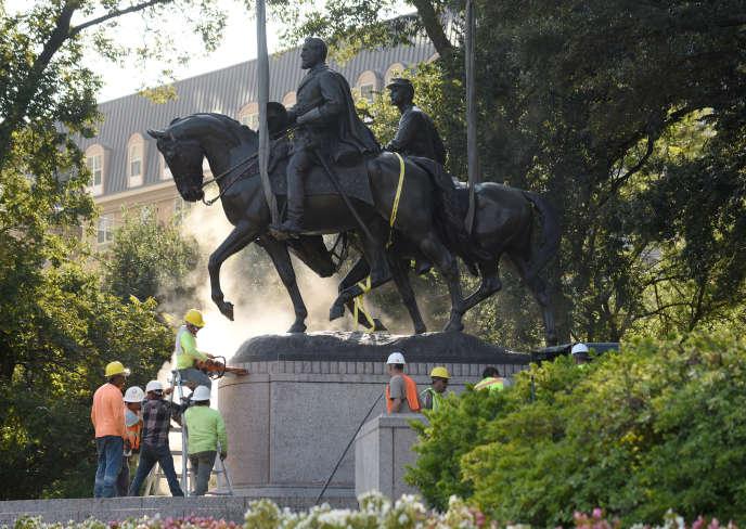 La statue du général Lee est enlevée à Dallas, au Texas, le 14 septembre 2017.
