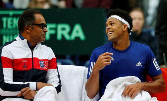 Jo-Wilfried Tsonga échange avec son capitaine, Yannick Noah, durant son match contre le Serbe Laslo Djere, vendredi 15 septembre, en demi-finale de Coupe Davis.
