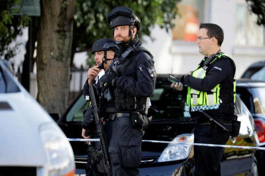 Des policiers armés à l'extérieur de la station de métro Parsons Green, à Londres, vendredi 15 septembre 2017.