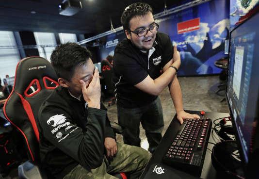 Deux joueurs de «League of Legends», l'une des disciplines d'e-sport les plus populaires, en 2014 à l'université Robert-Morris, dans l'Illinois.