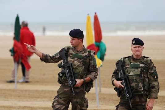 Des militaires membres de l'opération Sentinelle, à Deauville (Calvados) pendant le 43e Festival du cinéma américain, le 2 septembre.