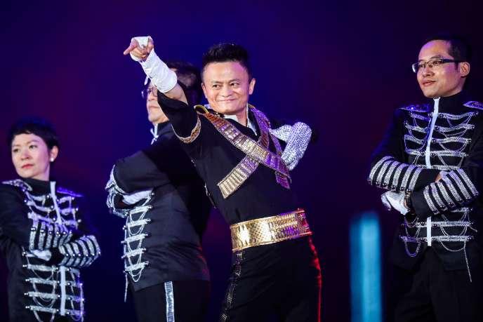 Jack Ma, le fondateur d'Alibaba, déguisé en Michael Jackson lors de la fête annuelle du groupe, à Hangzhou, dans l'est de la Chine, le 8 septembre, pour le dix-huitième anniversaire de la création de la compagnie.