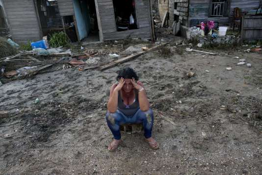 Une habitante de Cuba devant sa maison inondée de Cuba, le 11 septembre.