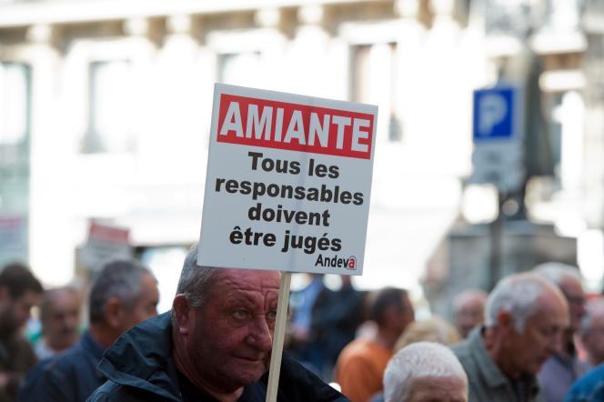 Une manifestation de l'Association nationale des victimes de l'amiante (Andeva), en octobre 2015 à Paris.
