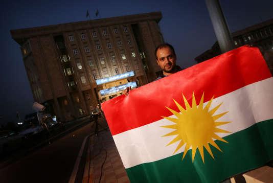 Un Kurde irakien brandit un drapeau kurde à Arbil, dans le nord de l'Irak, le 15 septembre.