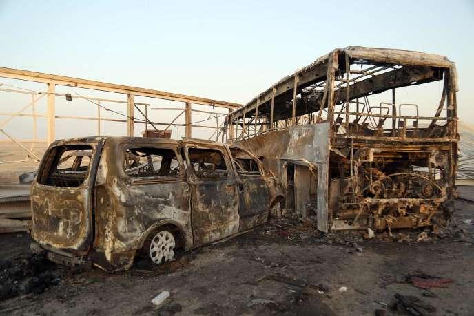 Des véhicules brûlés après que lesassaillants se sont fait exploser à un point de contrôle, près de la ville de Nassiriya, le 14 septembre.