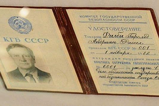 Une carte de remise de décoration à Kim Philby par le KGB.