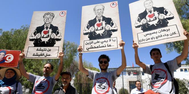 Le 28 juillet 2017 à Tunis, manifestation contre la loi d'amnistie de la corruption sous l'ancien régime de Ben ALi. Sur les pancartes, on peut lire, entre autres slogans : « Je ne pardonne pas !»