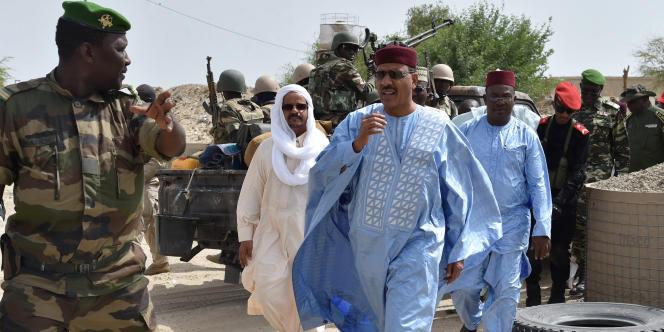 Le ministre de l'intérieur nigérien Mohamed Bazoum en juin 2016 en visite dans le camp de Bosso, dans la région de Diffa.