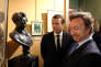 «En mettant cette mission sous les auspices d'un animateur qui porte au pinacle l'histoire la plus insignifiante des familles royales, que peut-on vraiment attendre ?» (Emmanuel Macron et Stéphane Bern au côté d'un buste d'Alexandre Dumas au château de Monte-Cristo au Port-Marly, le 16 septembre).