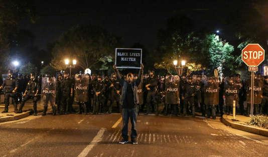 Plusieurs centaines de personnes se sont rassemblées à St Louis pour dénoncer les violences policières envers les noirs aux Etats-Unis.