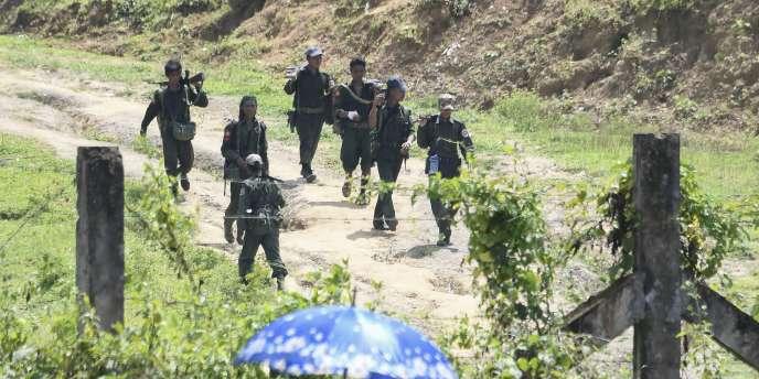 Des soldats birmans patrouillent à la frontière avec le Bangladesh, où plus de 400 000 Rohingya sont réfugiés.
