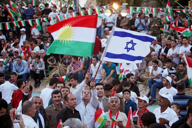 Les drapeaux kurdes et israéliens, lors d'une manifestation de soutien au référendum pour l'indépendance du Kurdistan, à Erbil, le 16 septembre.