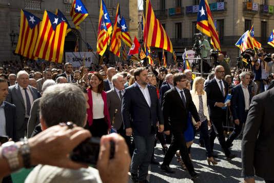 Carles Puigdemont, le président de la Généralité de Catalogne, accompagné des maires favorables au référendum d'autodétermination, le 16septembre à Barcelone.