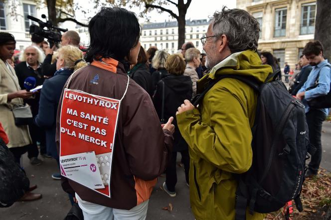 Des manifestants contre la nouvelle formule du Levothyrox, près de l'Assemblée nationale, le 8 septembre.