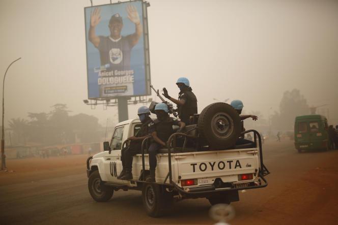Le 12 février 2016, les soldats rwandais patrouillent les rues de Bangui, en Centrafrique.