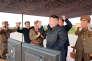 Le leader nord-coréen, Kim Jong Un laisse éclater sa joie après l'essai positif d'un tir de missile Hwasong-12, le 16 septembre 2017