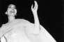 Maria Callasremercie le public après son concert à la Musikhalle de Hambourg, lors d'une tournée en Allemagne, le 15 mai 1959.