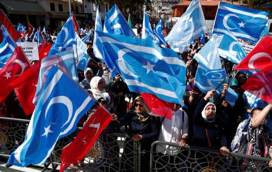Drapeaux turcs et turkmènes d'Irak lors d'une manifestation contre le référendum d'indépendance au Kurdistan irakien, à Istanbul, le 17 septembre.