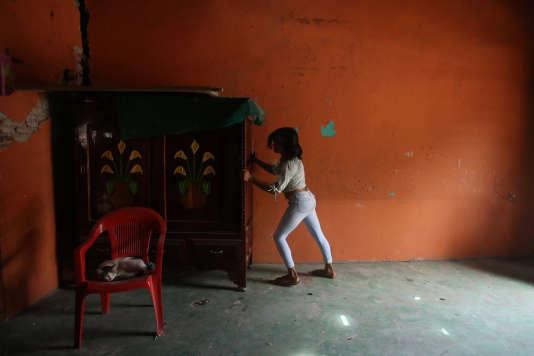 Natashia, 19 ans, déplace les meubles de sa maison, après le tremblement de terre qui a secoué Juchitan. Le 10 septembre.