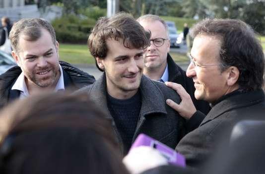 Loup Bureau en compagnie de son père, à son arrivée dimanche matin à Roissy.
