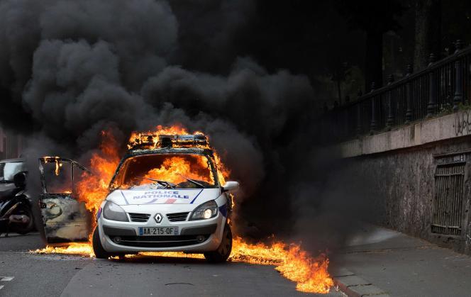 A Paris, quai de Valmi, le 18 mai 2016, une voiture de police aviat été incendiée par des militants antifascistes.
