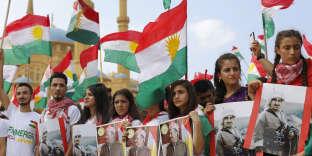 « S'ilsréussissent à construire une démocratie exemplaire, cela inspirera les Kurdes des pays voisins et convaincra l'opinion publique internationale que les Kurdes sont capables de gérer leurs affaires dans le cadre des frontières étatiques existantes» (Des enfants kurdes portant le portrait du leader kurde Massoud Barzani et de son père Moustapha Barzani, le 17 septembre, à Beyrouth).