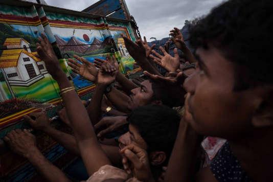 Des associations caritatives livrent des vivres ainsi que des matériaux aux réfugiés Rohingyas, dans la région de Cox's Bazar, au Bangladesh le 18 septembre.