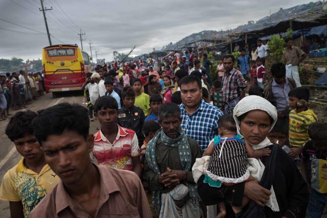 Sur la route entre Teknaf et Balukhali, au Bangladesh, certains réfugiés Rohingyas se déplacent chercher des materiaux de construction afin d'améliorer leurs logements de fortune, d'autres continuent leur route vers le nord de la province. Des bus ainsi que des vehicules de bénévoles viennent amener des vivres, des vêtements ou des materiaux divers aux réfugiés.Le 18 septembre, région de Cox's Bazar, frontière Bangladesh-Birmanie.