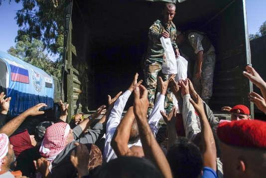 Distribution d'aide humanitaire russe, à l'entrée de Homs, le 13 septembre.