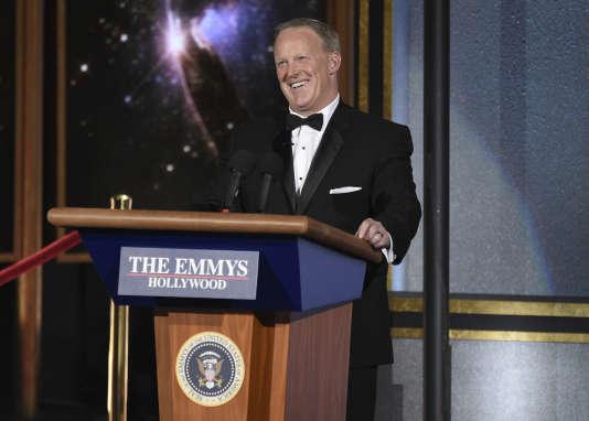 L'ancien porte-parole de Donald Trump, Sean Spicer, lors d'une apparition pendant la cérémonie, apportant son propre pupitre, devenu célèbre grâce à l'émission «Saturday Night Live».