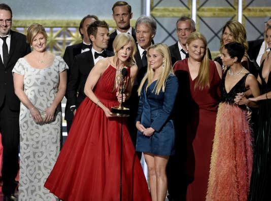 Nicole Kidman et Reese Witherspoon (au centre) reçoivent le prix de la meilleure mini-serie pour «Big Little Lies», que les deux actrices ont coproduite.