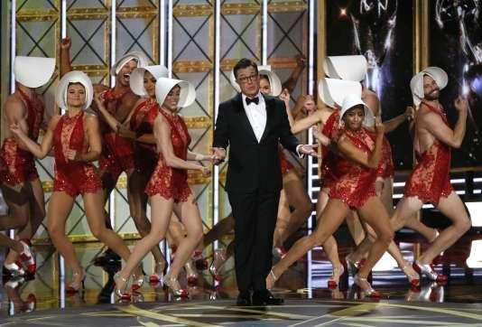 Le maître de cérémonie, Stephen Colbert, lors de l'ouverture des 69e Emmy Awards, au Microsoft Theater à Los Angeles, le 17septembre.