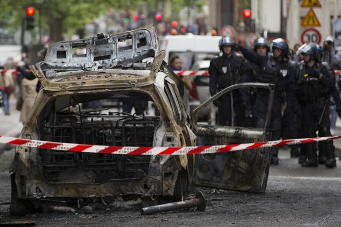Cette photo prise le 18 mai 2016 montre une voiture de police incendiée en marge d'une manifestation interdite contre la loi travail.