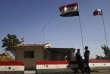 Photo des drapeaux syrien et russe près de Homs, en Syrie.